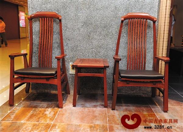 现代皮革材质与传统木材的结合,让新中式家具更具独特个性